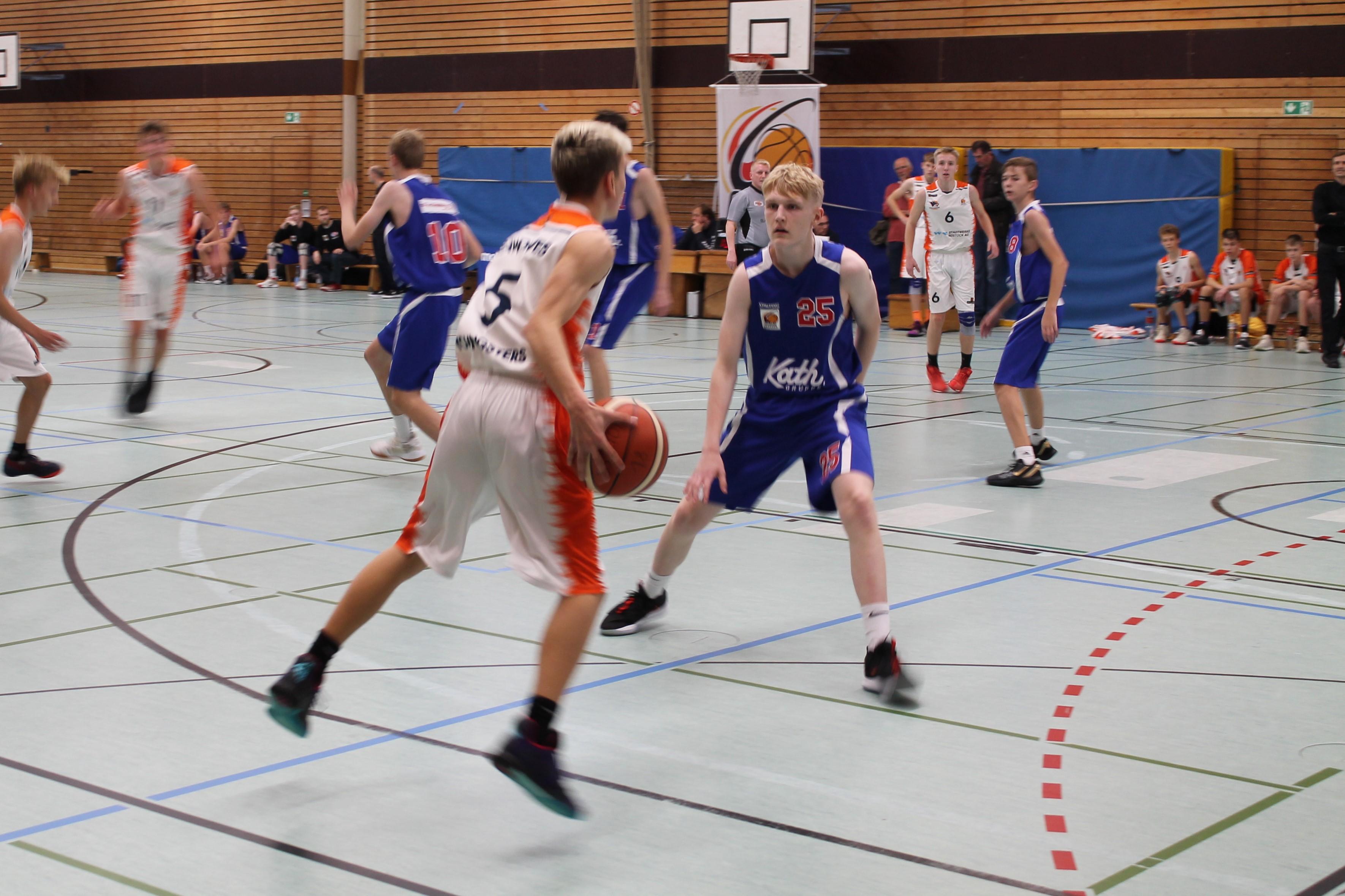 JBBL_19-20_BalticSeaLions_Rostock_Spieltag1_25lohse_defense_5Wolff_offense