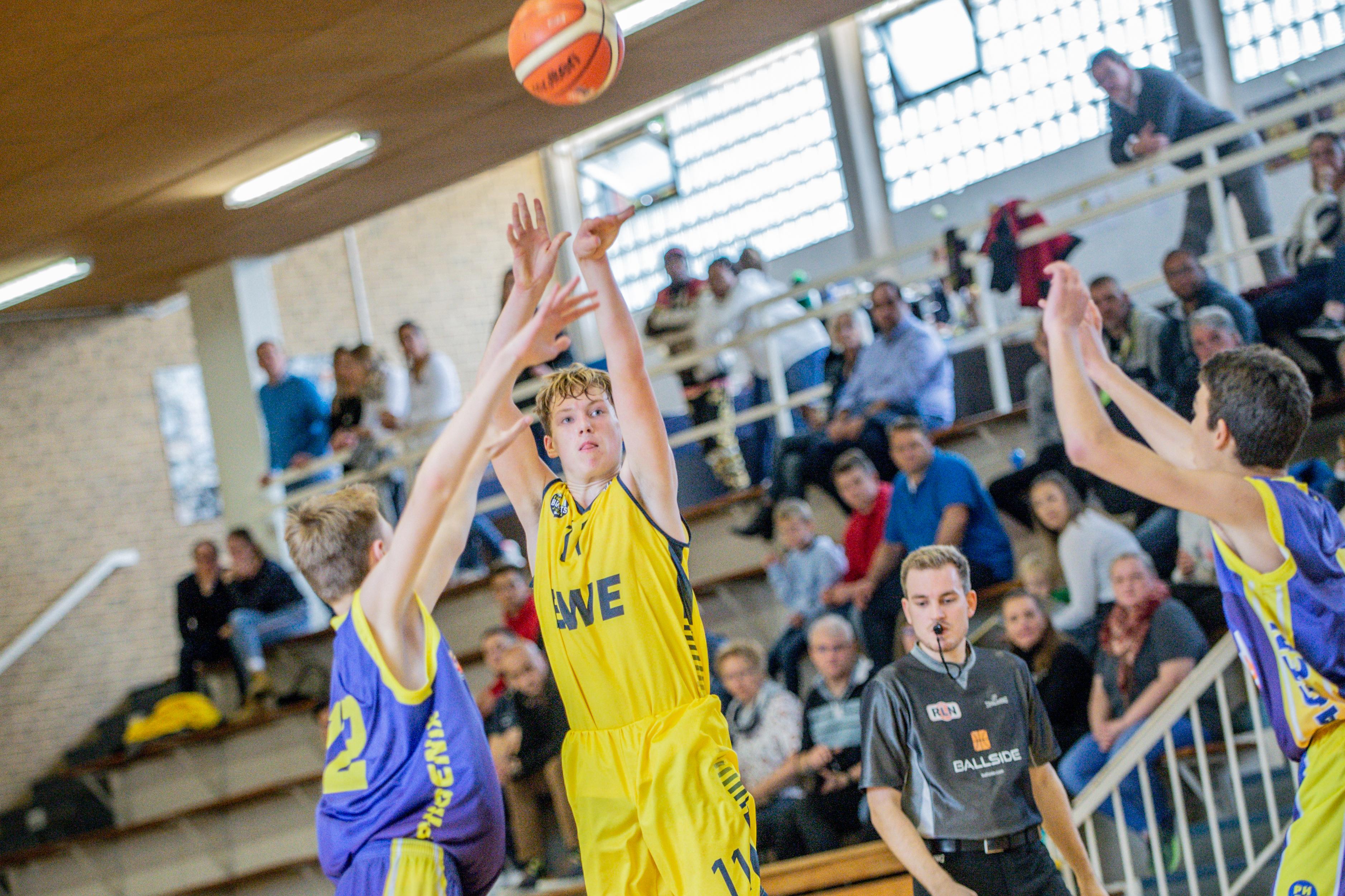 13.10.2019, Oldenburg, Sporthalle Haarenufer: JBBL | EWE Baskets Juniors - Phoenix Hagen Youngsters  //  Luka ZAJIC (#2 Phoenix Hagen Youngsters/JBBL), Lasse PICKERT (#11 EWE Baskets Juniors/JBBL)  || Foto: Erik Hillmer