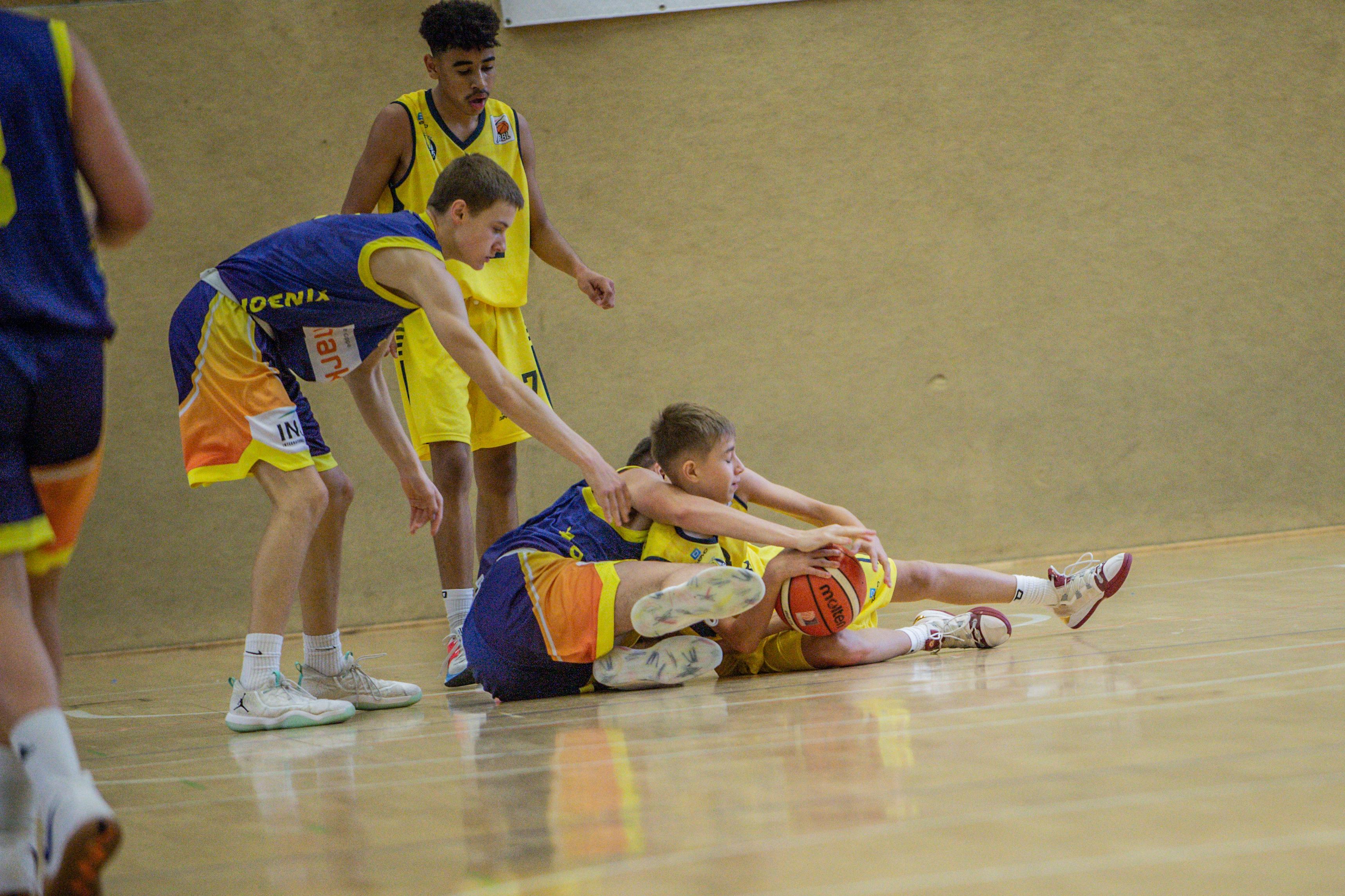 13.10.2019, Oldenburg, Sporthalle Haarenufer: JBBL | EWE Baskets Juniors - Phoenix Hagen Youngsters  //  Fabian HINSKE (#10 Phoenix Hagen Youngsters/JBBL), Ben DENKENA (#13 EWE Baskets Juniors/JBBL)  || Foto: Erik Hillmer