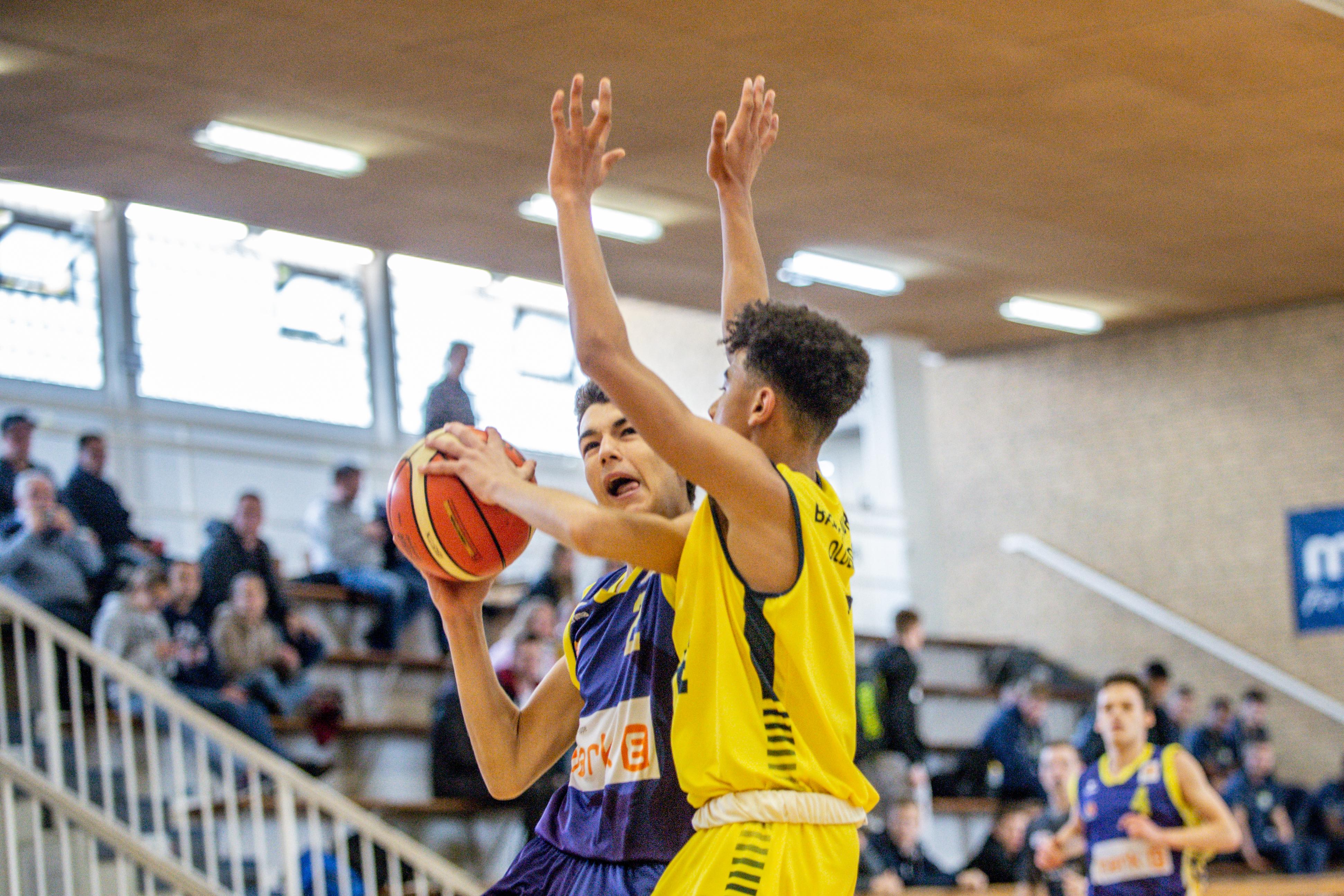 13.10.2019, Oldenburg, Sporthalle Haarenufer: JBBL | EWE Baskets Juniors - Phoenix Hagen Youngsters  //  Luka ZAJIC (#2 Phoenix Hagen Youngsters/JBBL), Tyrell NWAKI (#7 EWE Baskets Juniors/JBBL)  || Foto: Erik Hillmer
