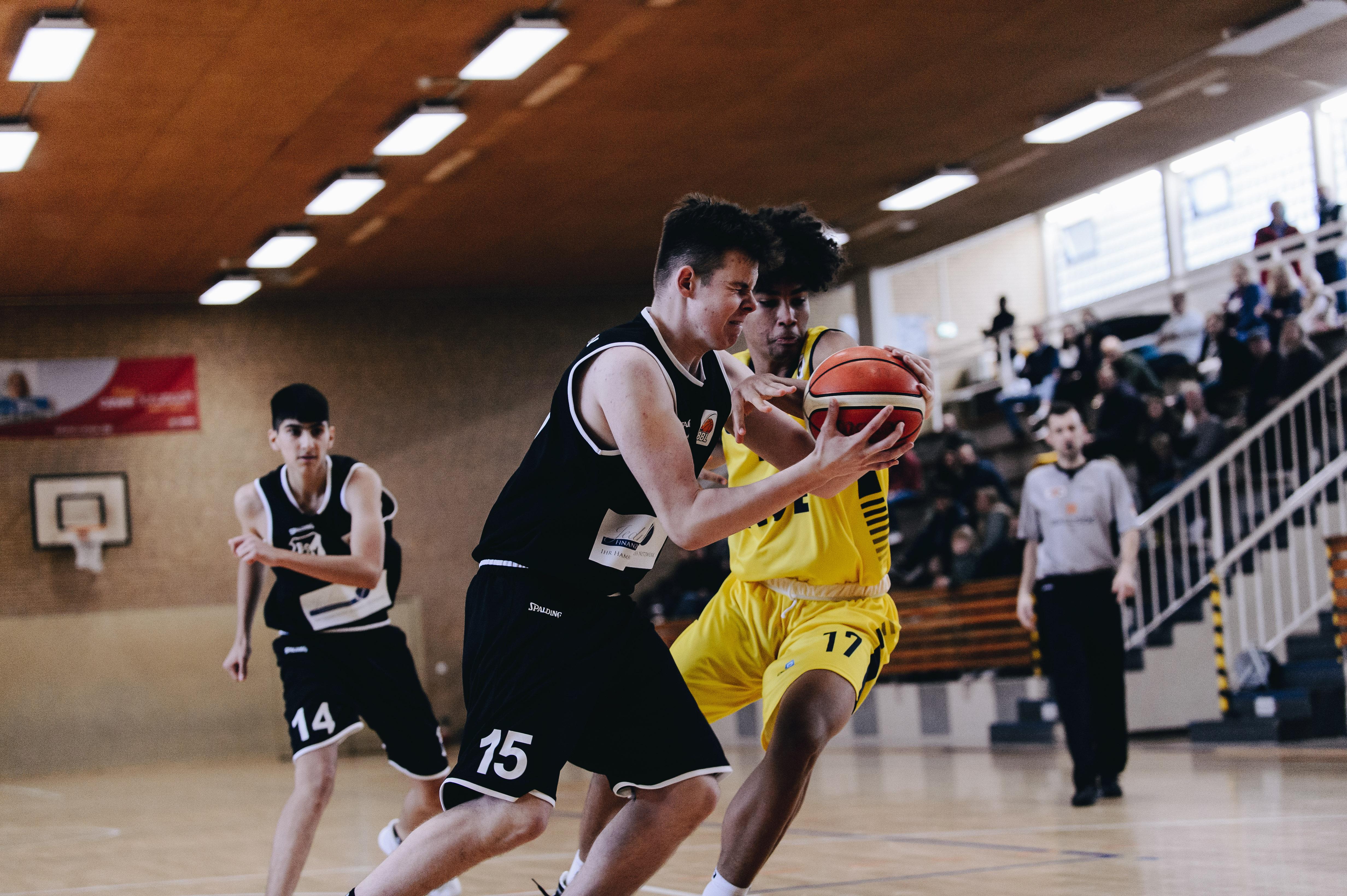 18.10.2020, Oldenburg, Sporthalle Haarenufer: Tim LITTMANN (#17 Baskets Juniors Oldenburg) beim JBBL-Spiel EWE Baskets Juniors - Bramfelder SV. Foto: Erik Hillmer